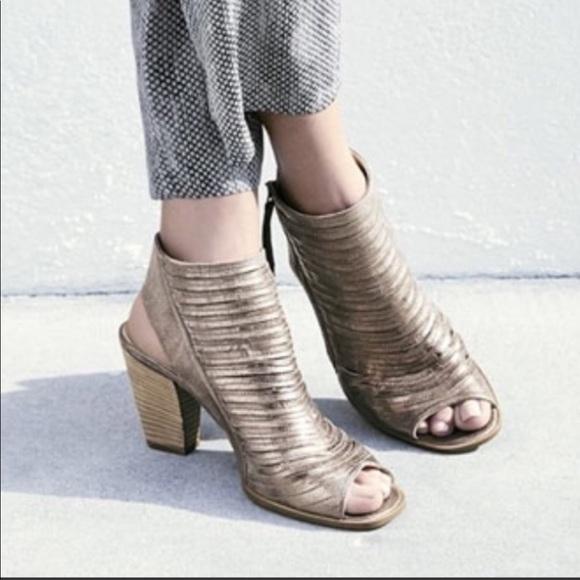 competitive price 23d5d ca699 Paul Green metallic peep toe leather sandal 7